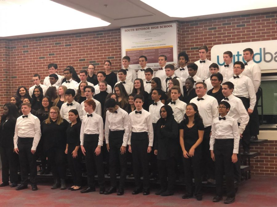 Symphonic+band+lines+up+for+their+yearbook+photo.
