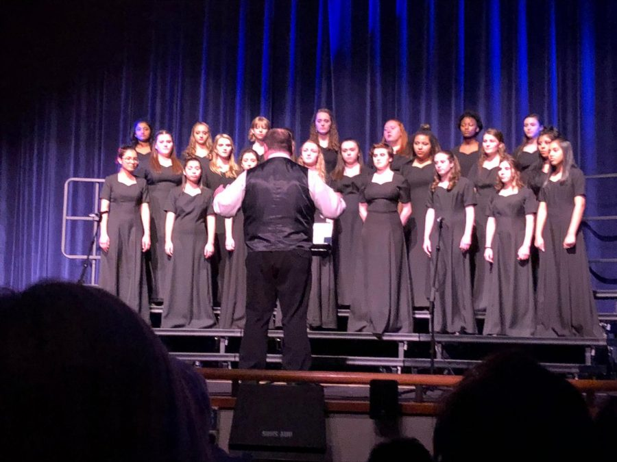 Treble+Choir+performs+the+opening+act+at+Cabaret.+